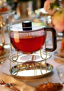 Vor 25 Jahren Führte Der Designer Tassilo Von Grolmann Diese Beiden  Zusammen: Sein Entwurf Einer Teekanne Revolutionierte Die Teekultur Und  Verursachte ...