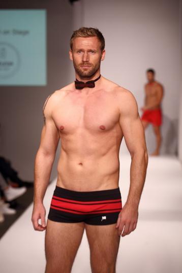 """Christian Rauch, Gewinner von """"Die Bachelorette"""" 2015 in Wonderlands Badehose auf der Berlin Fashion Week 2015"""