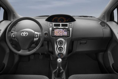Life is life der toyota yaris 1 4 d 4d life auto for Interieur yaris 2015