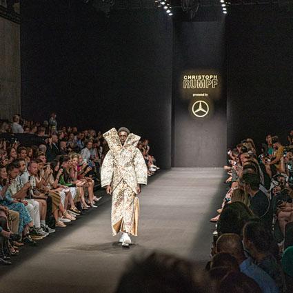 6de96f6b84ad39 Schlag 12 Uhr war es endlich soweit: Hunderte Besucher der Mercedes-Benz  Fashion Week (MBFW) Frühjahr/Sommer 2020 warteten ungeduldig auf dem  Vorplatz des ...