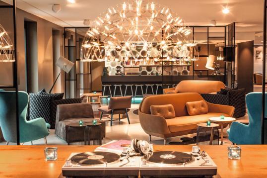auf einen berliner gin in die bar des motel one berlin potsdamer platz